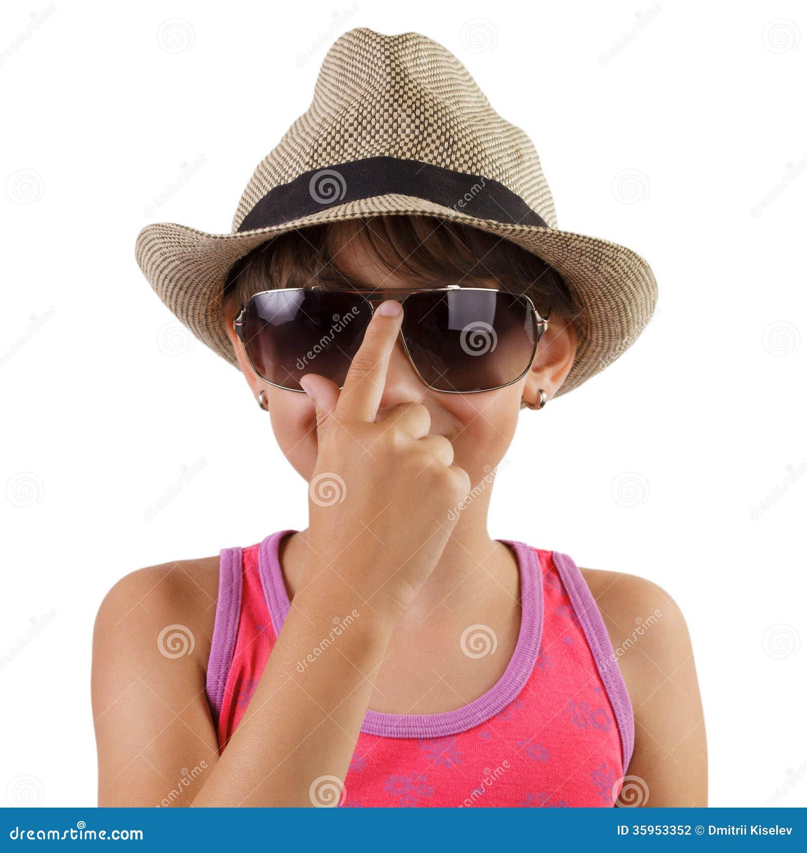Niña en un sombrero de paja y gafas de sol