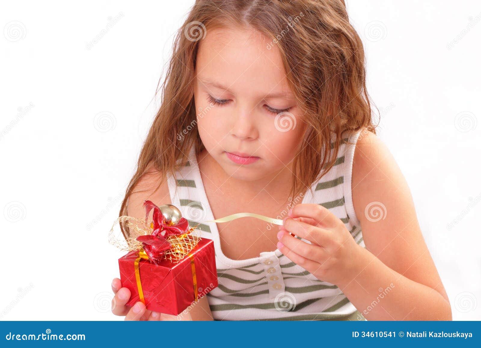 Niña hermosa con un regalo