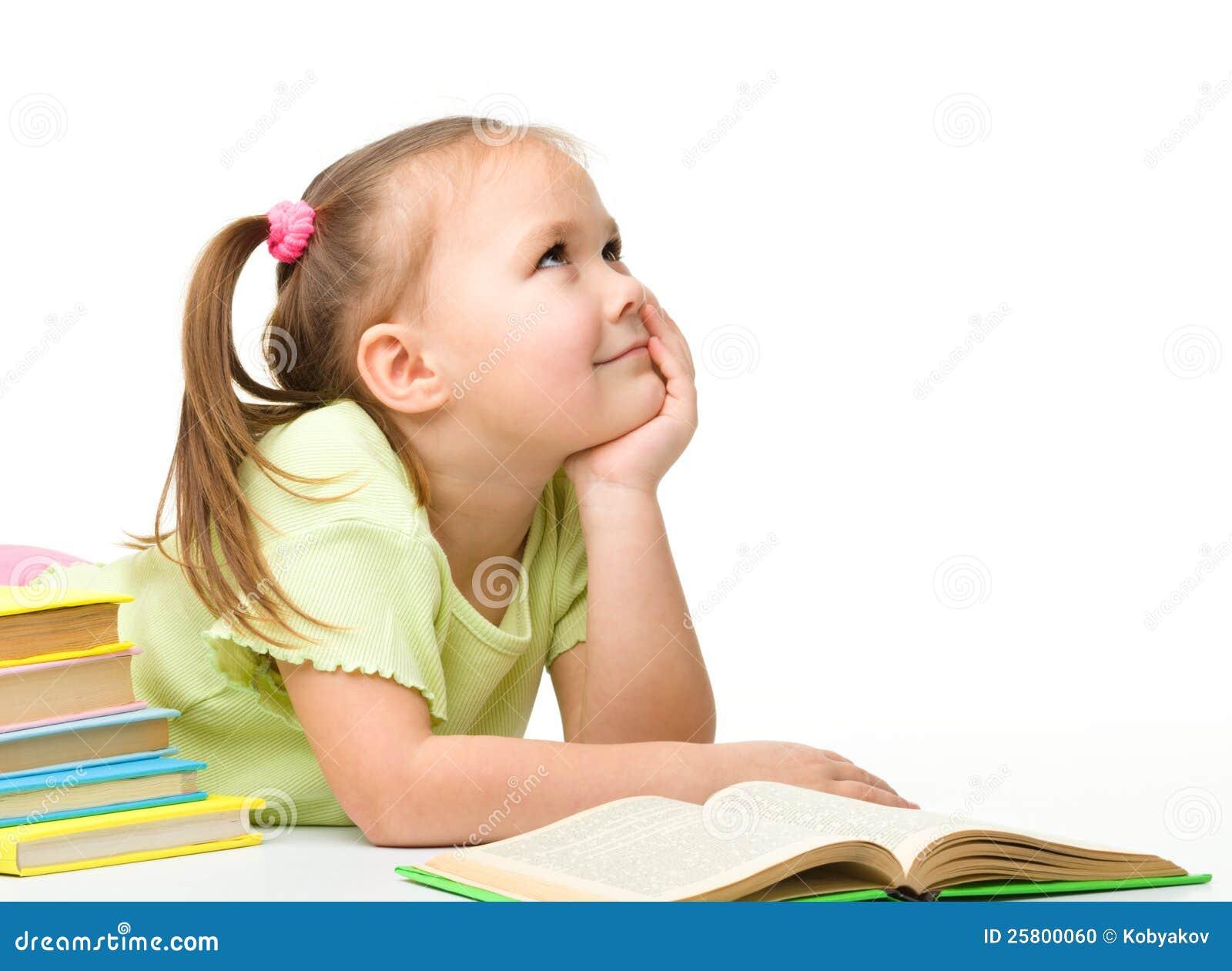 Niña linda con los libros