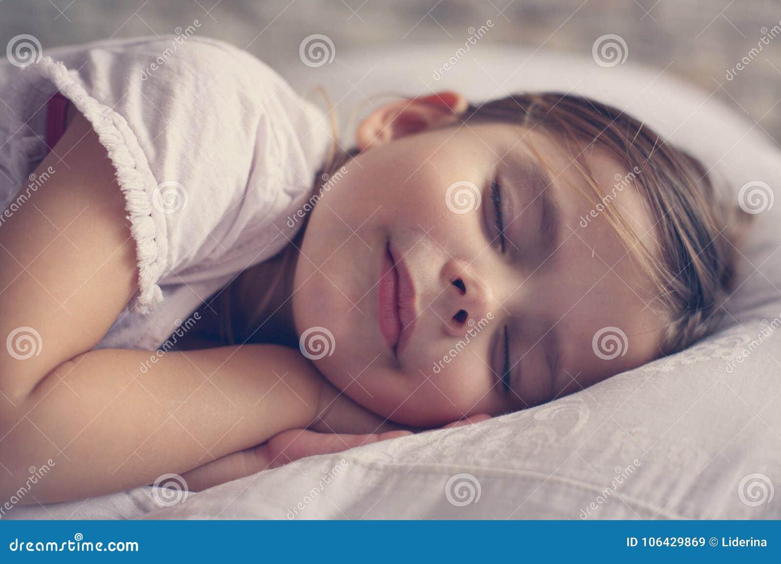 Niña linda en cama