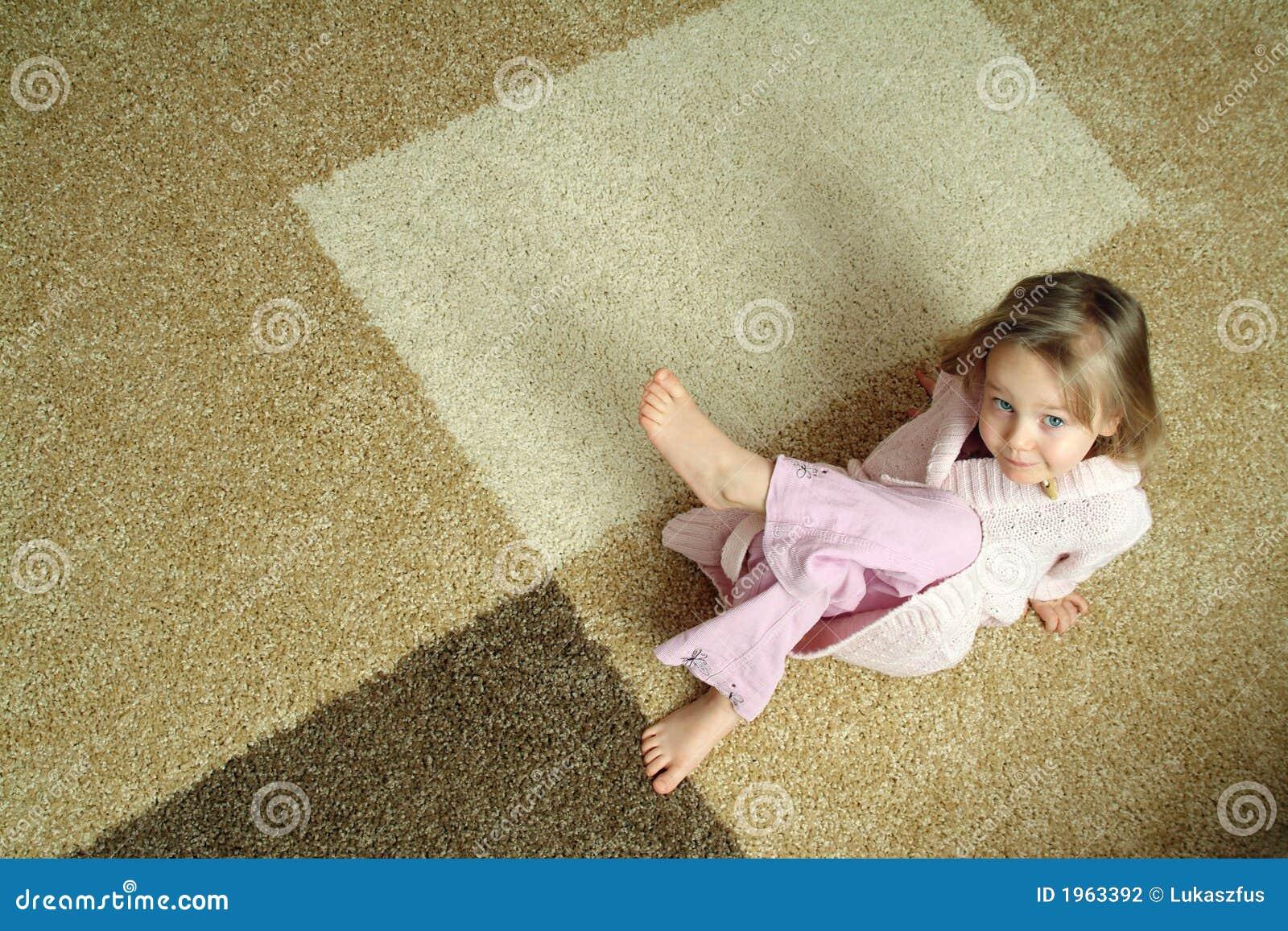 Niña linda en la alfombra