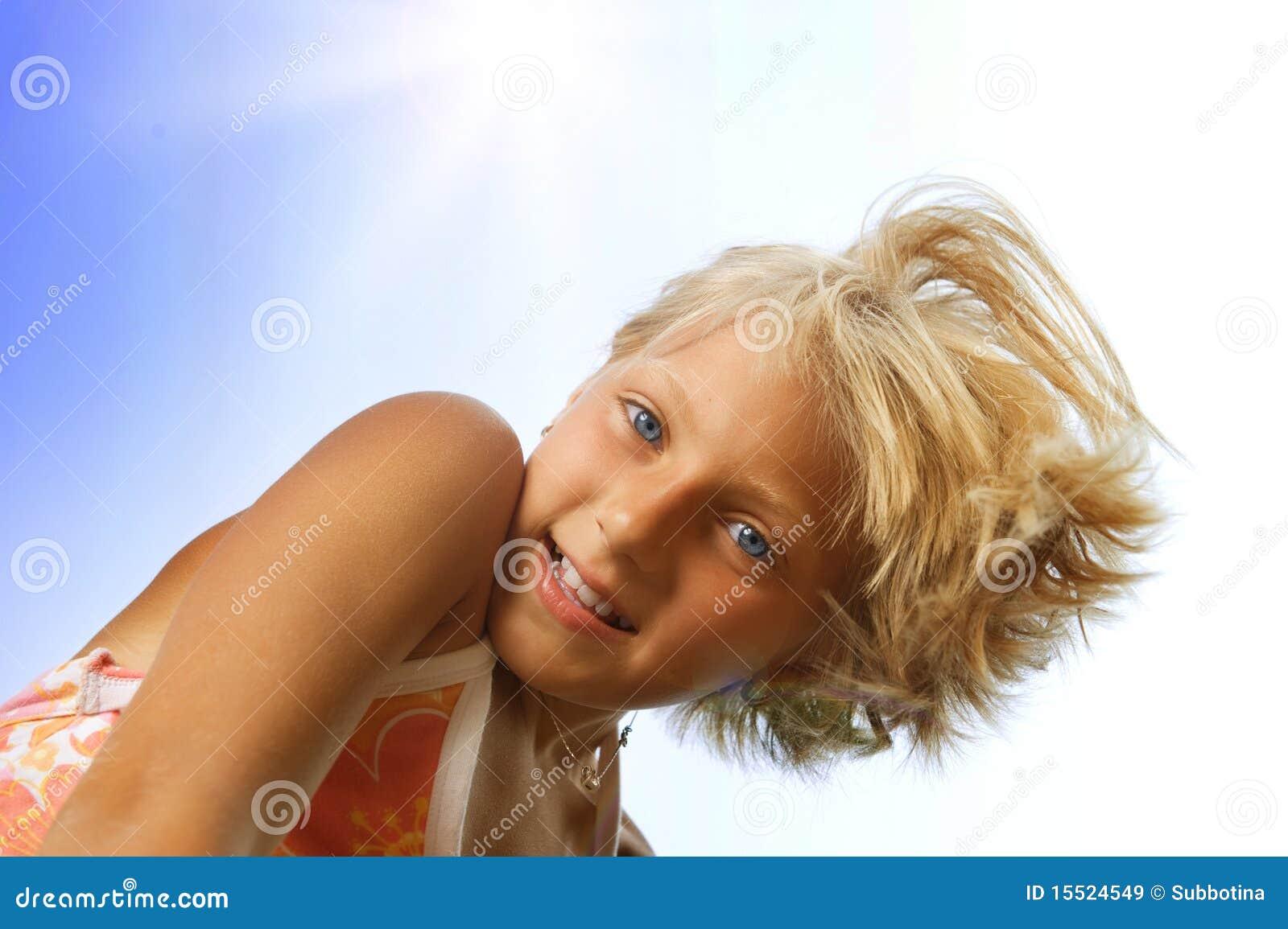 Niña linda feliz al aire libre