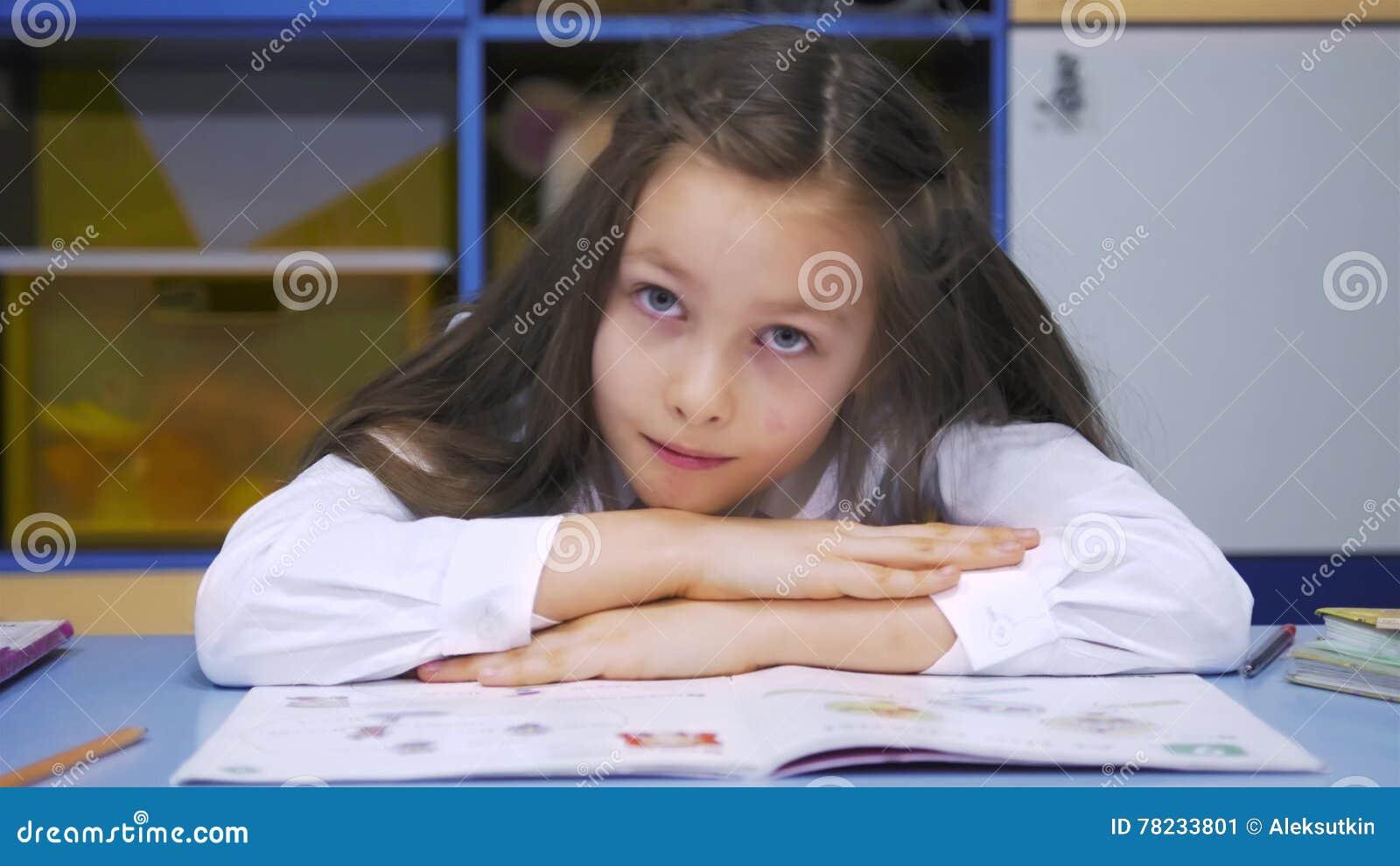 Niña Linda Que Estudia En La Biblioteca Que Hace La Preparación Y La  Sonrisa Escuela Primaria Lectura Del Niño Almacen De Video - Vídeo de  cabrito f0b93560574