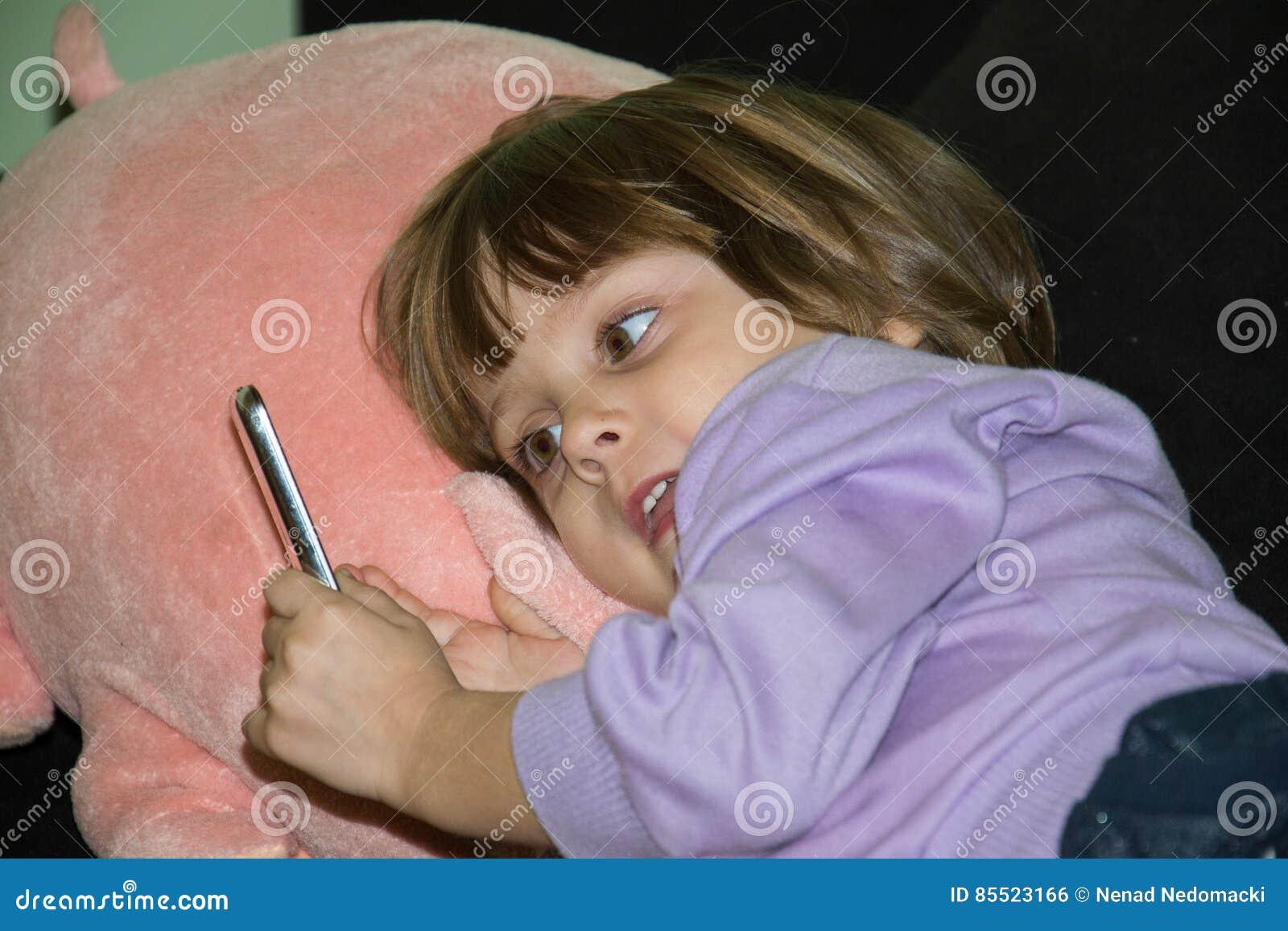 Juguete Miente En Y Su Niña Relleno Que Cama Con La Cerdo Linda Del cRjAL354q