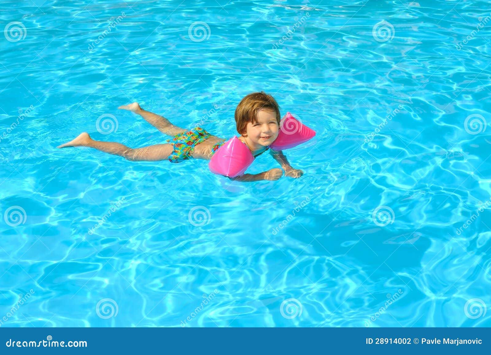 niña pequeña sexo en la piscina