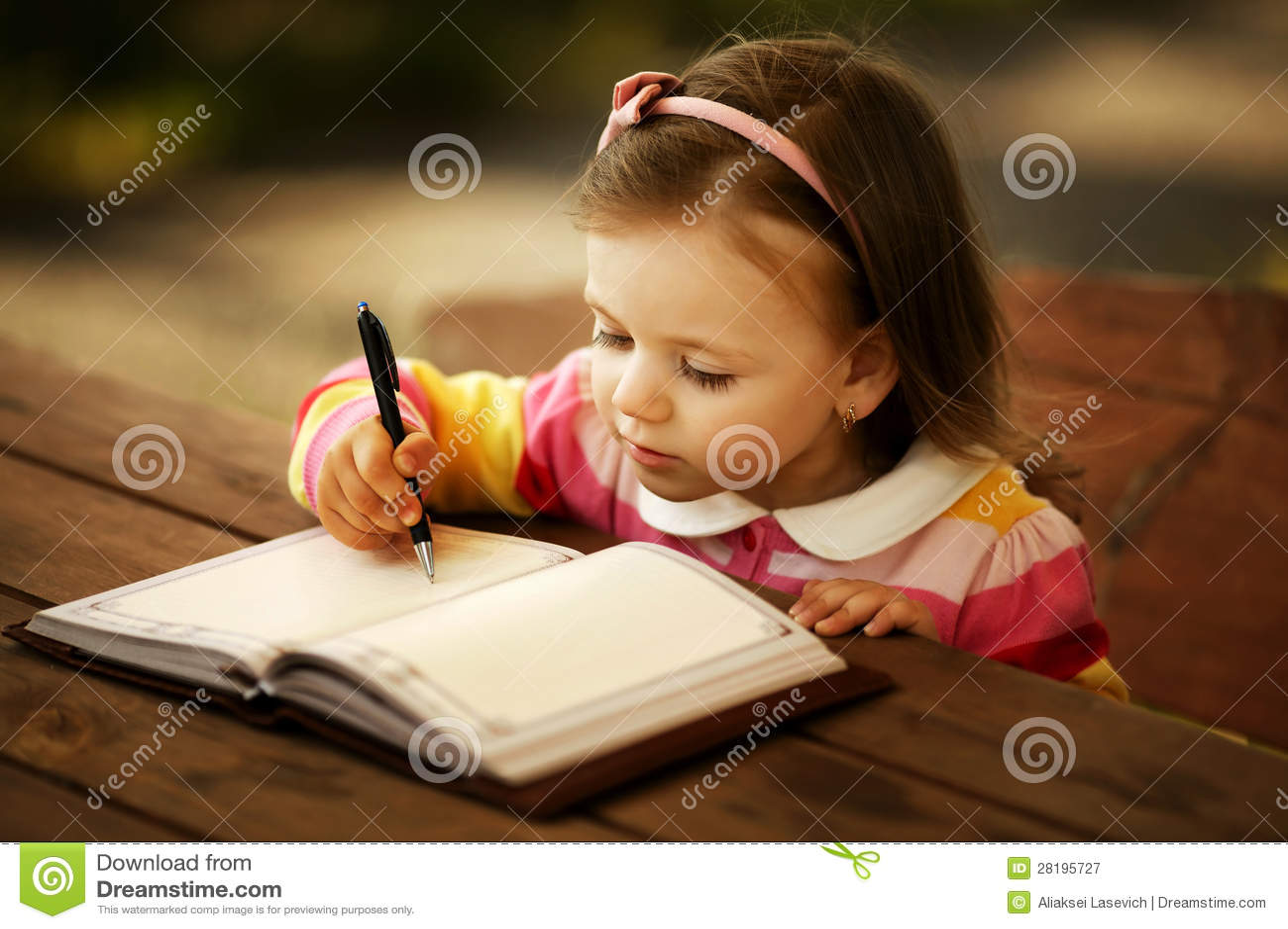 Niña que aprende escribir