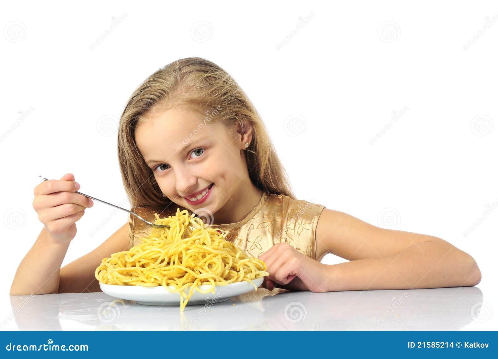 Niña que come el espagueti