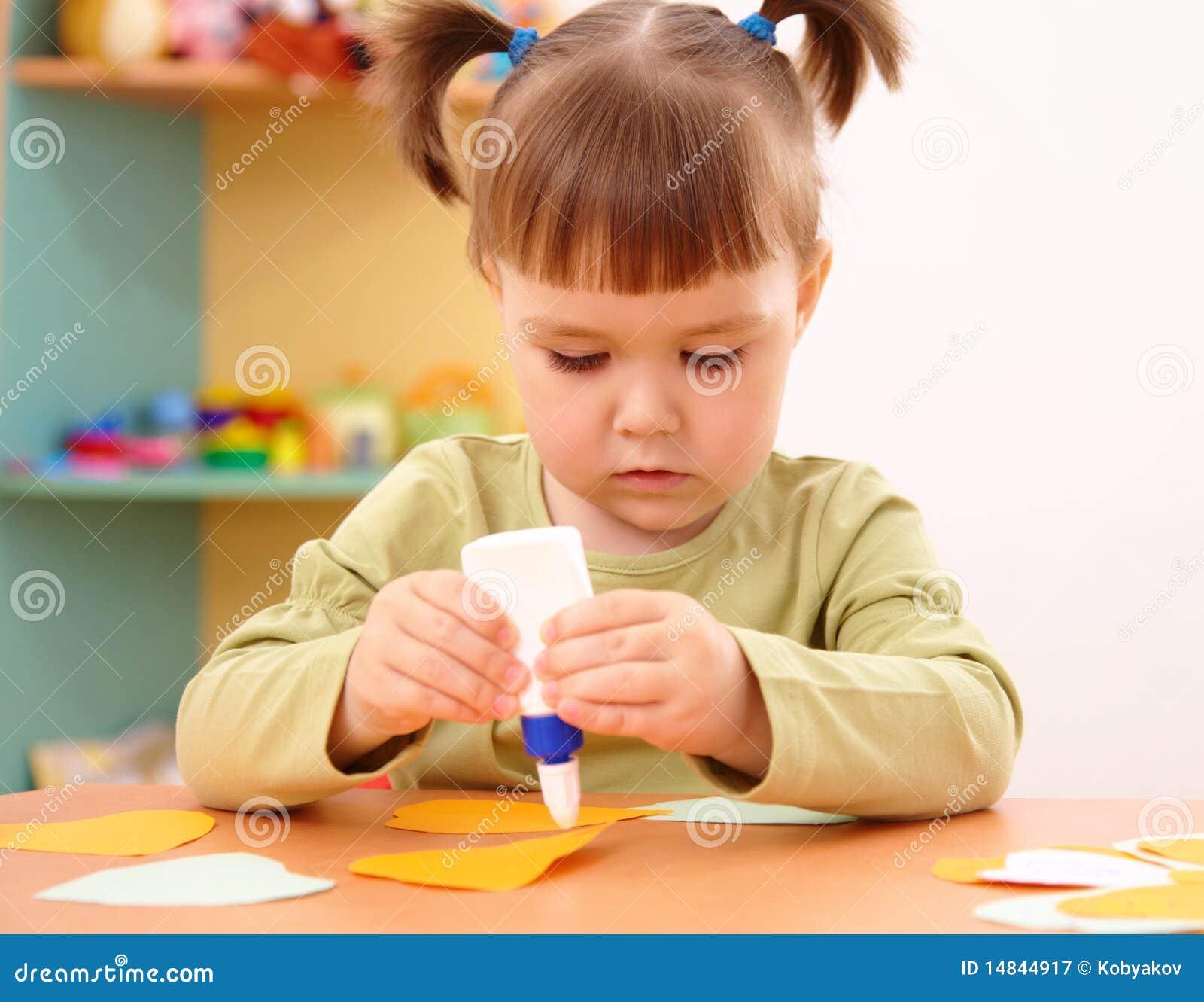 Niña que hace artes y artes en pre-entrenamiento