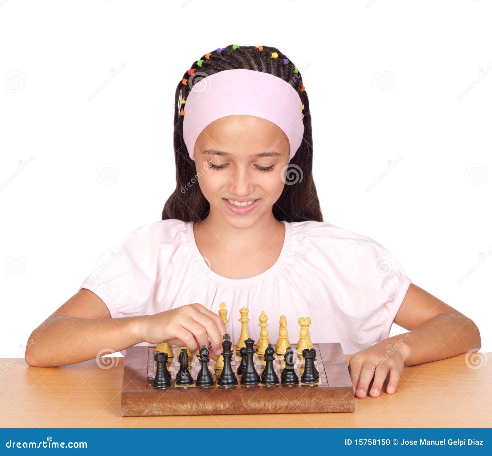 Niña que juega a ajedrez