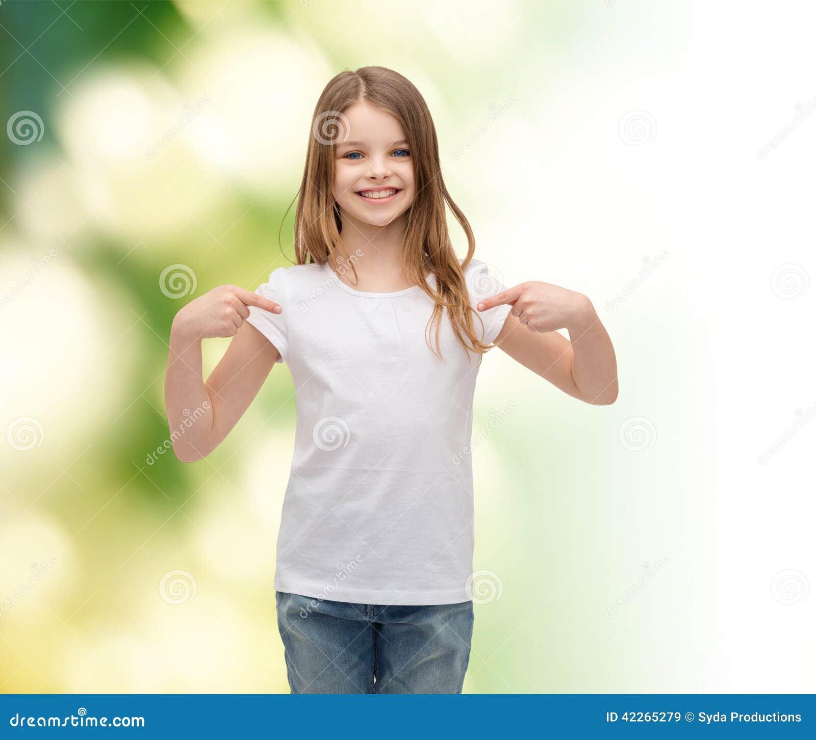 b09617a53 Niña Sonriente En Camiseta Blanca En Blanco Imagen de archivo ...