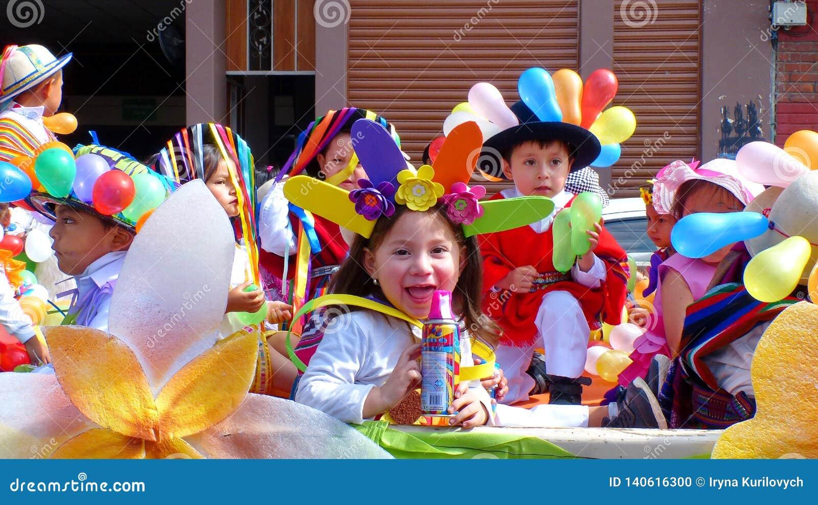Niña vestida en traje del carnaval con la poder de espray