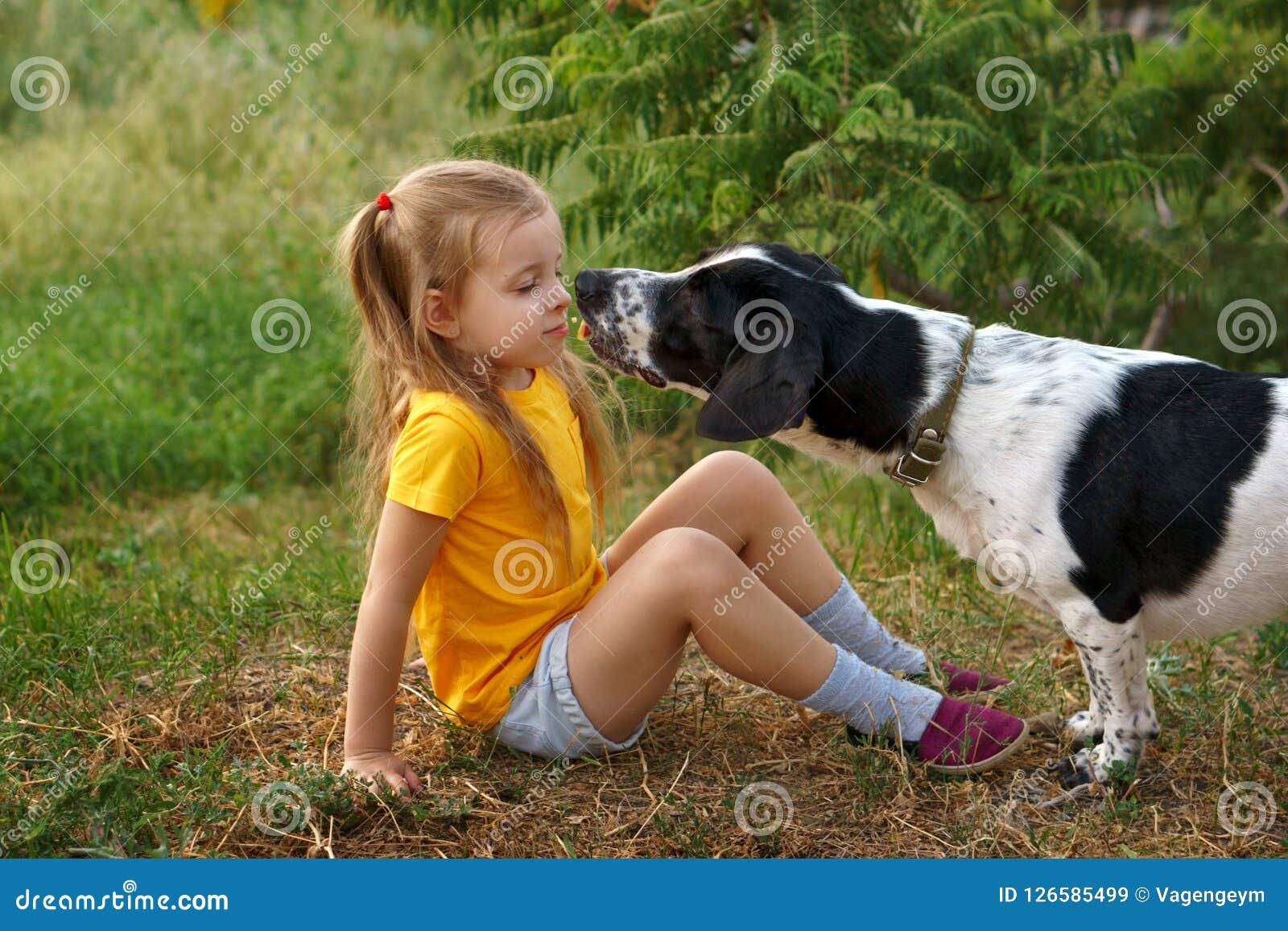 Niña y perro mestizo al aire libre