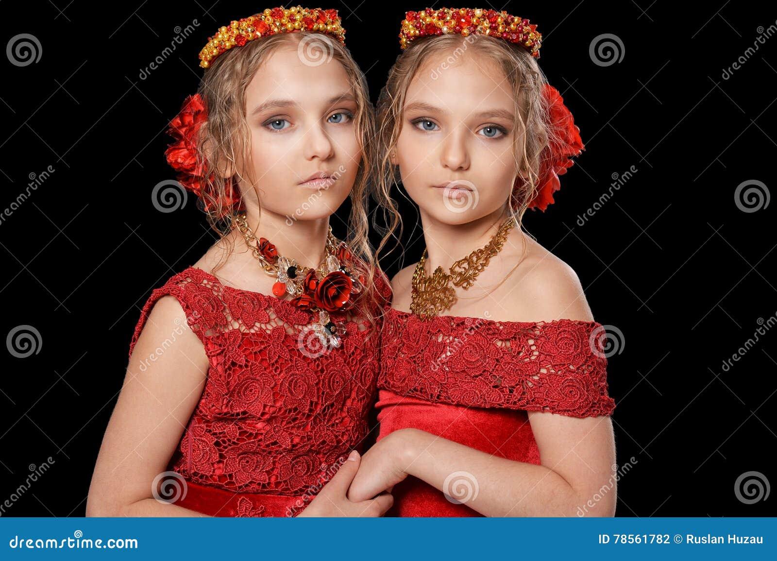 Niñas Hermosas En Vestidos Rojos Foto De Archivo Imagen De
