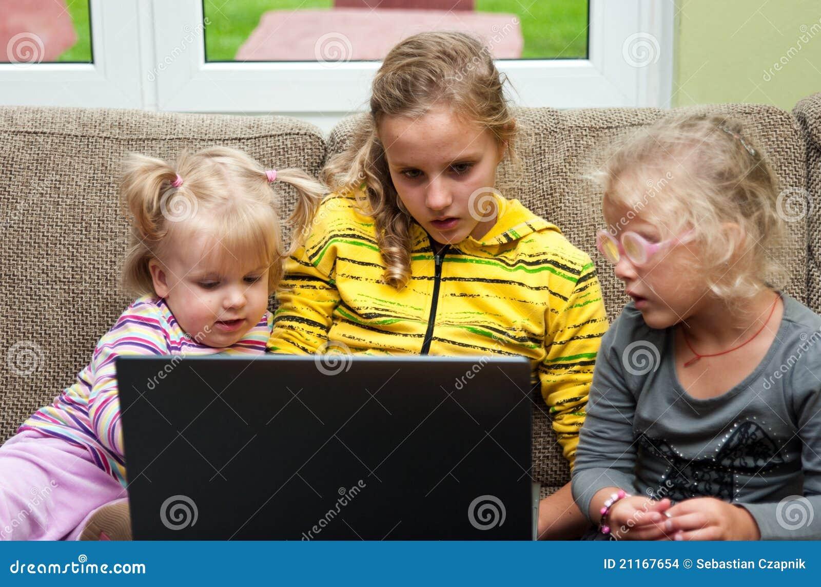 Niñas y computadora portátil