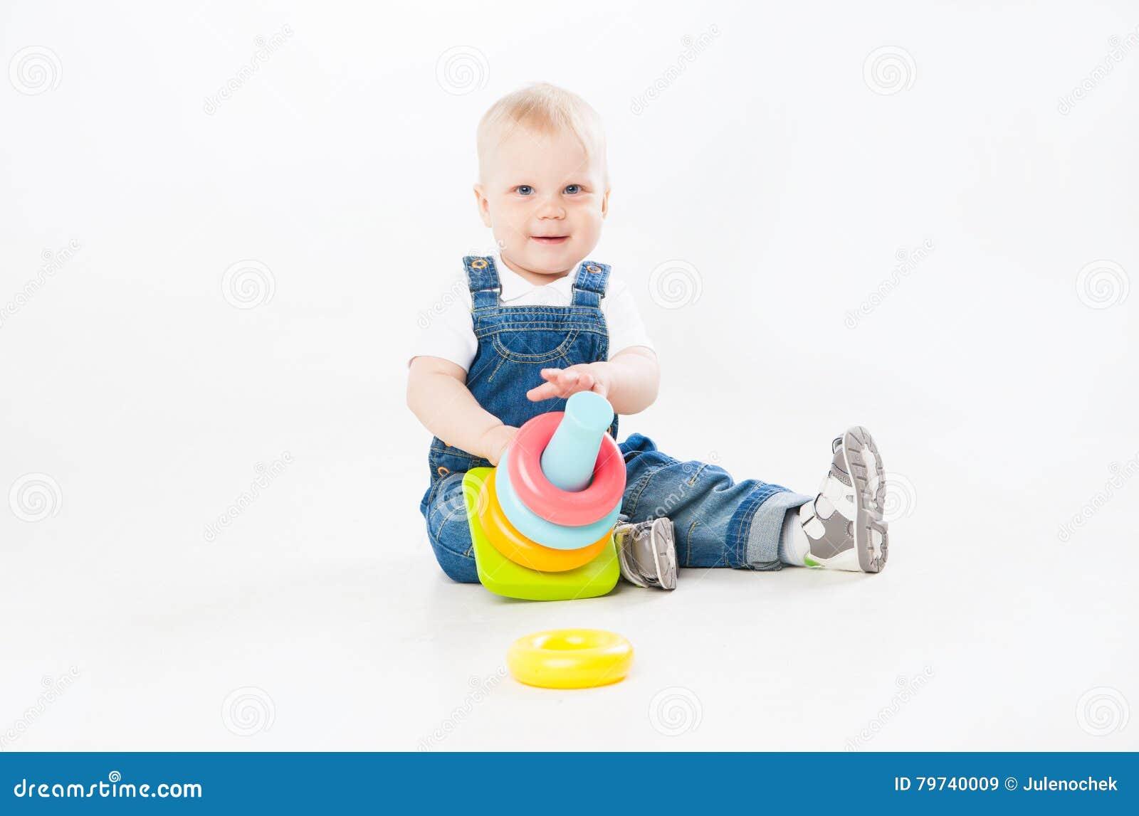 Niño adorable que juega con el juguete