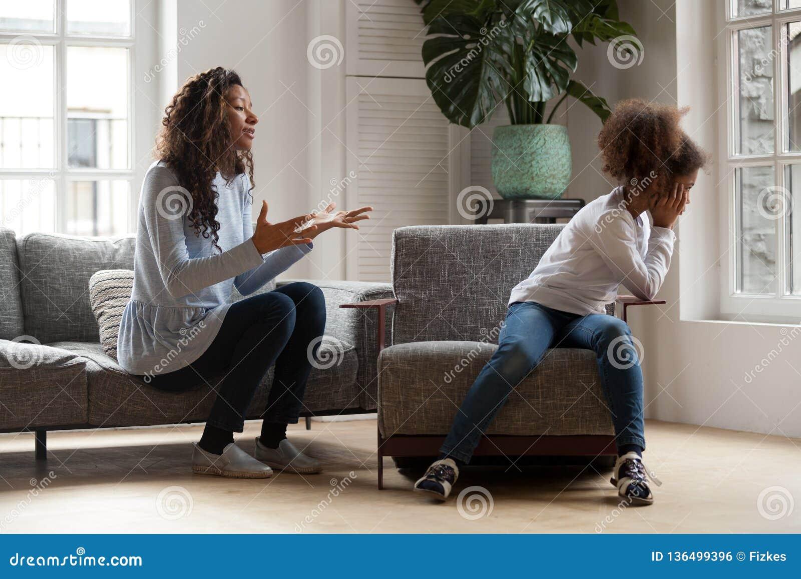 Niño africano obstinado que ignora estafa del regaño, del padre y del niño de la mamá