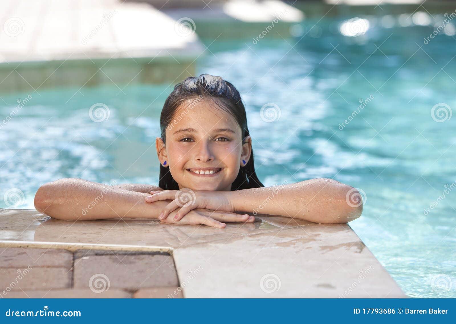 72428b51e Un niño feliz lindo de la chica joven que se relaja y que sonríe en la cara de  una piscina