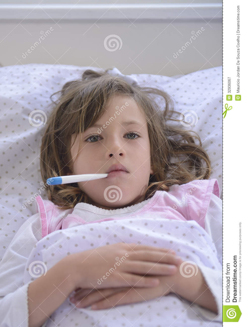 Baño En Ninos Con Fiebre:Picture of Child in Bed Sick with Fever