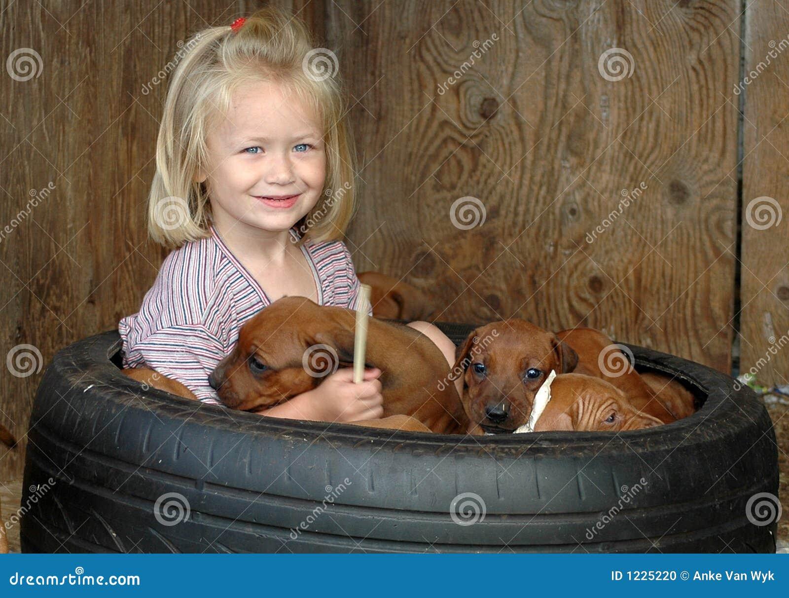 Niño con los perritos