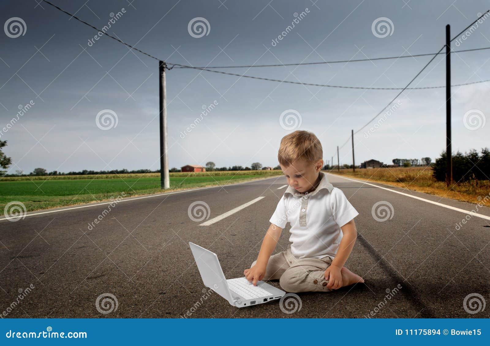 Niño con PC