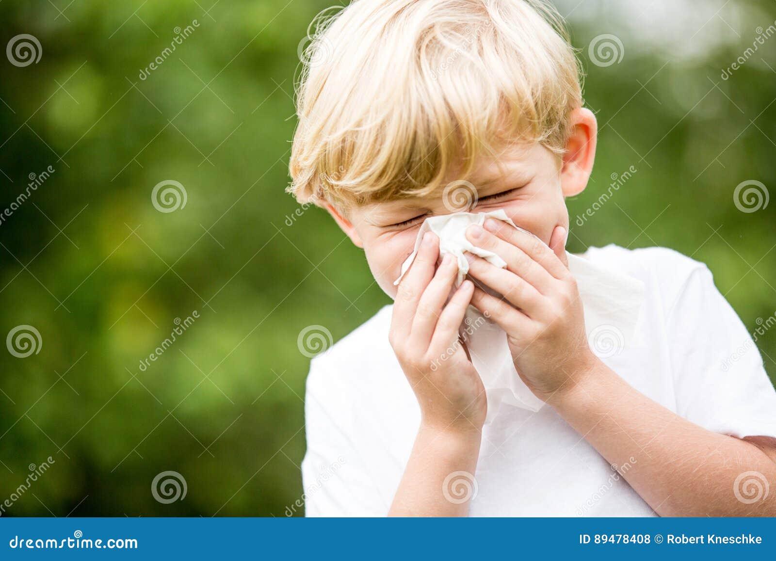 Niño con un estornudo frío