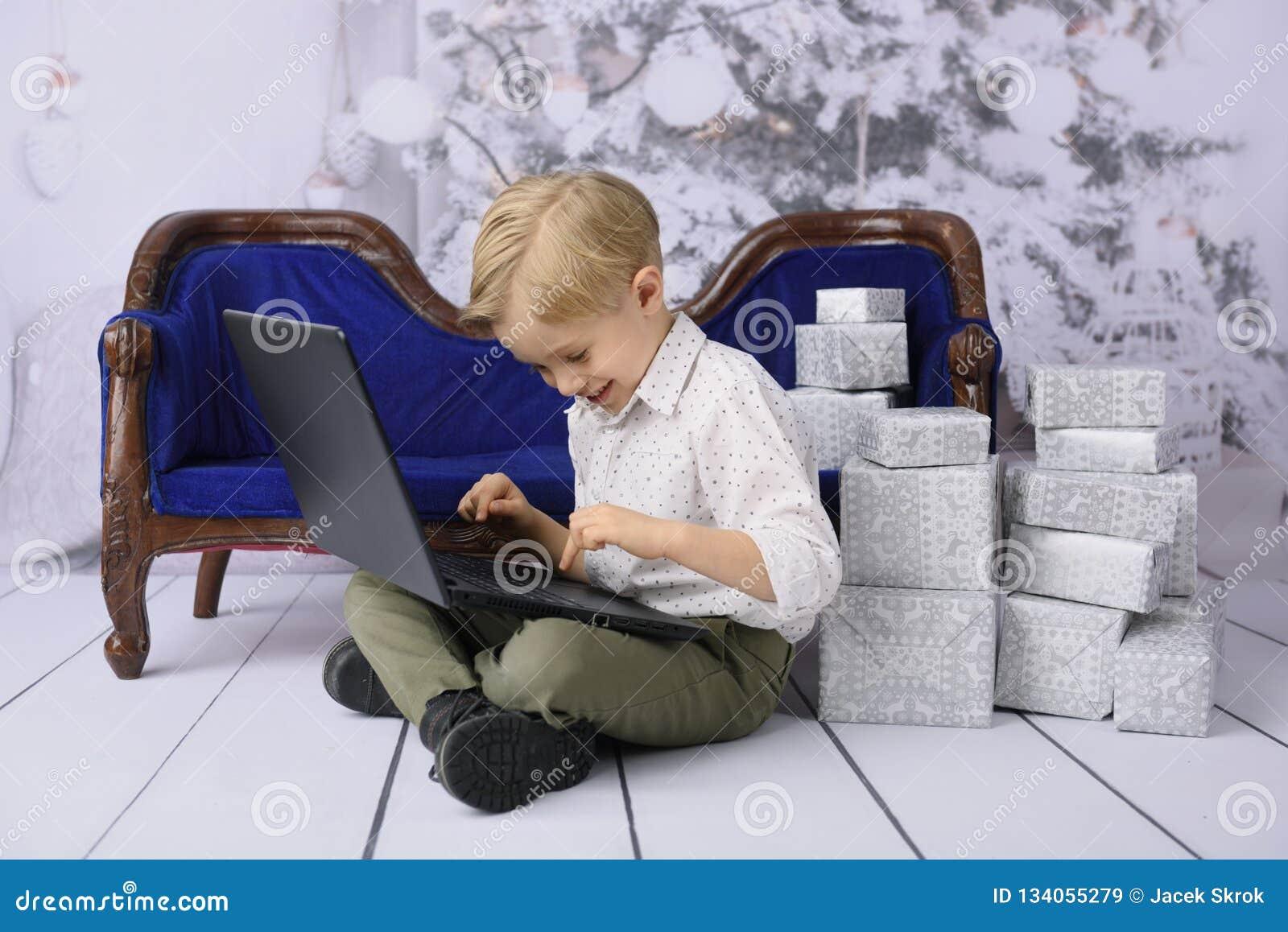 Niño con un regalo para la Navidad