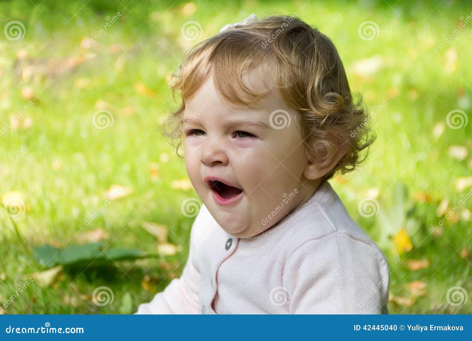 Niño de bostezo lindo
