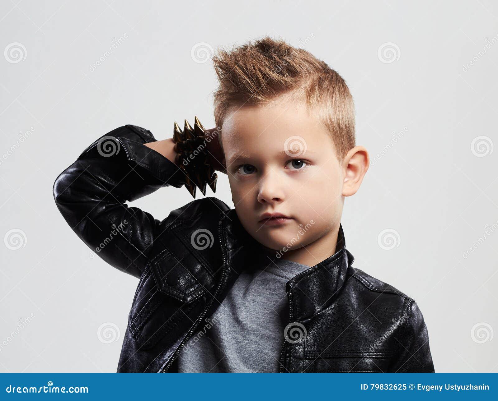 Niño De Moda En La Capa De Cuero Niño Elegante Con Corte ...