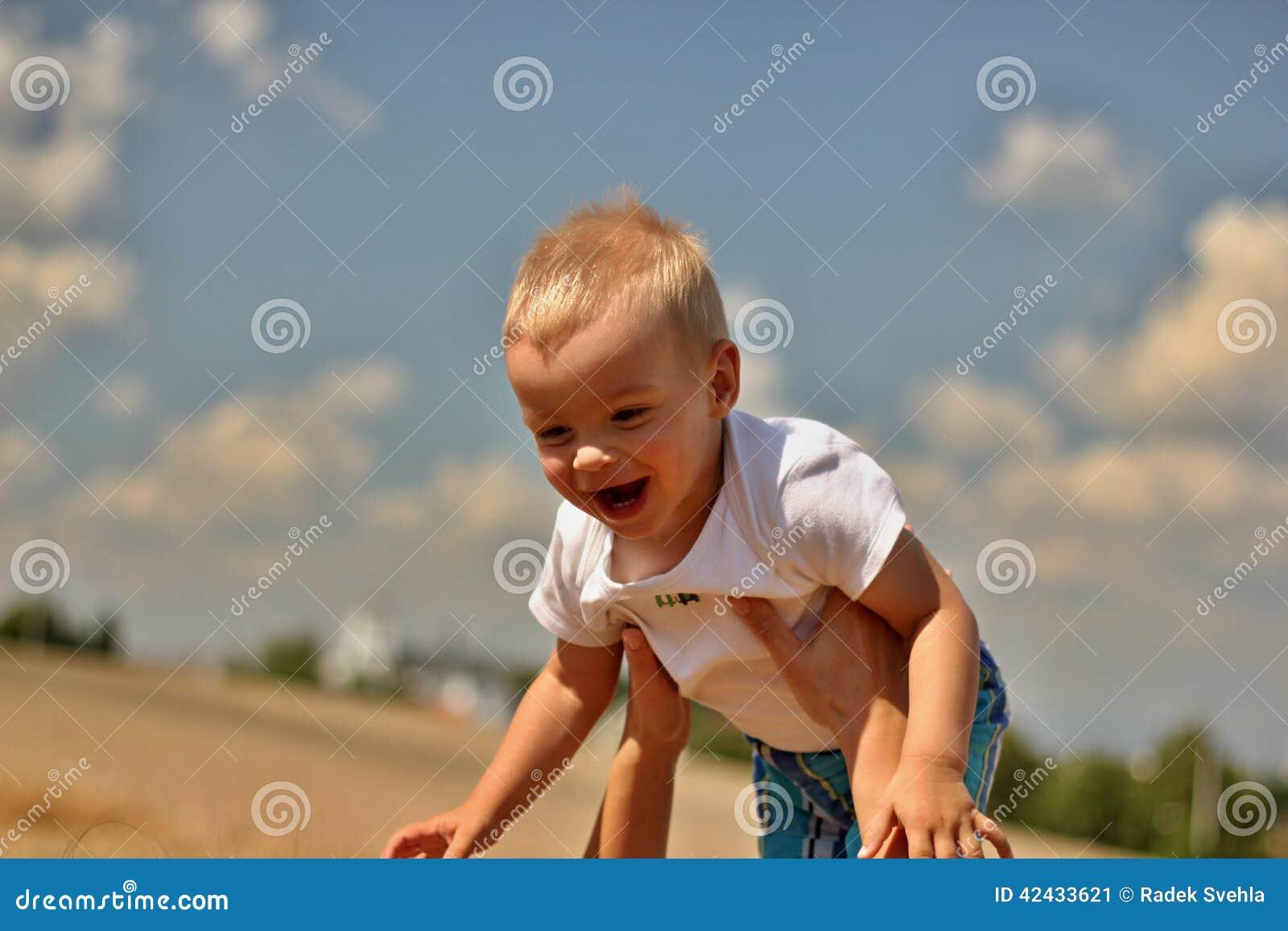 Niño de risa