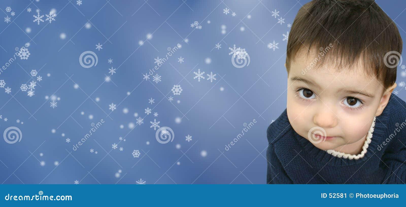 Niño del muchacho del invierno en fondo del copo de nieve