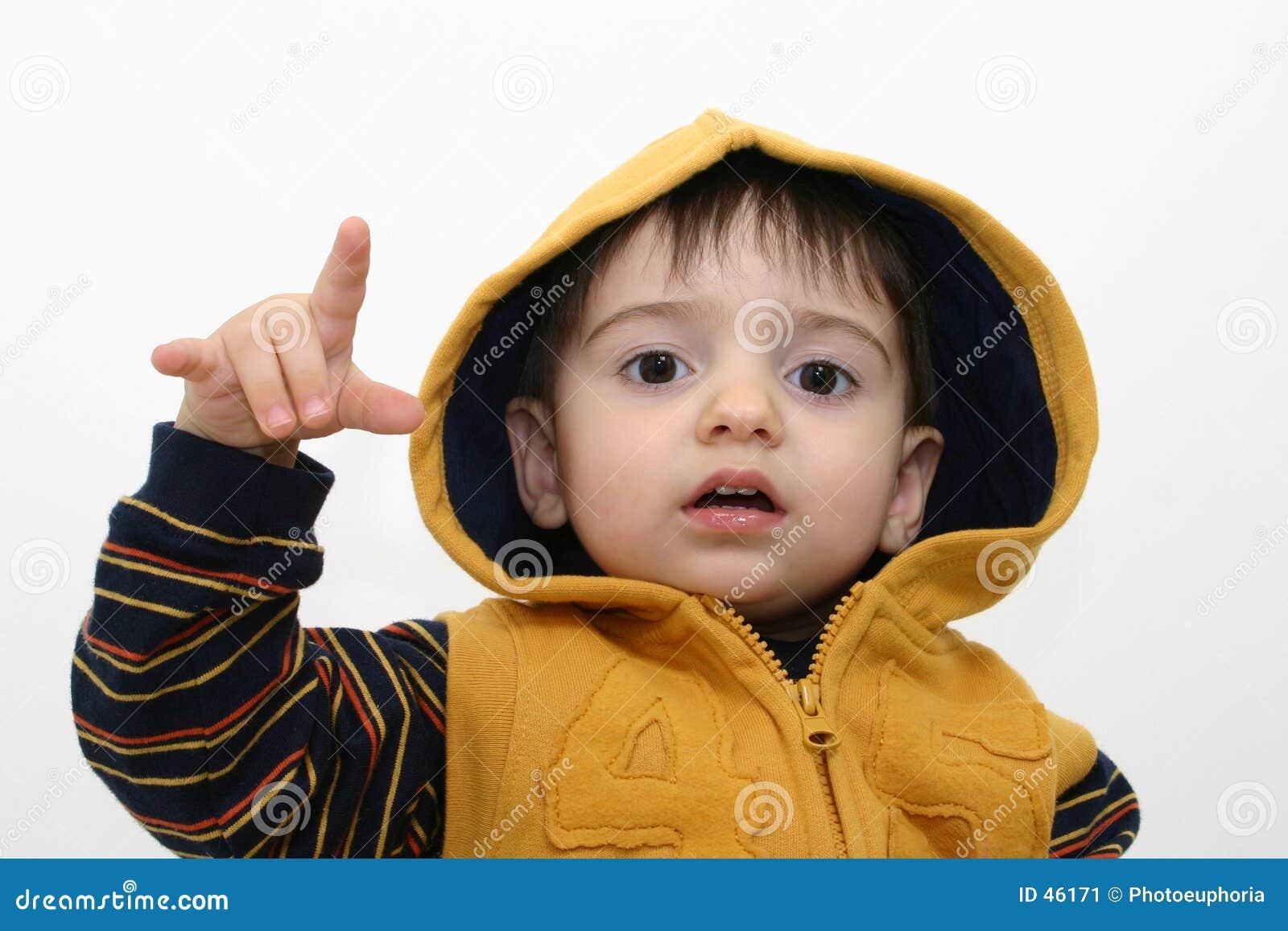 Niño del muchacho en ropa de la caída