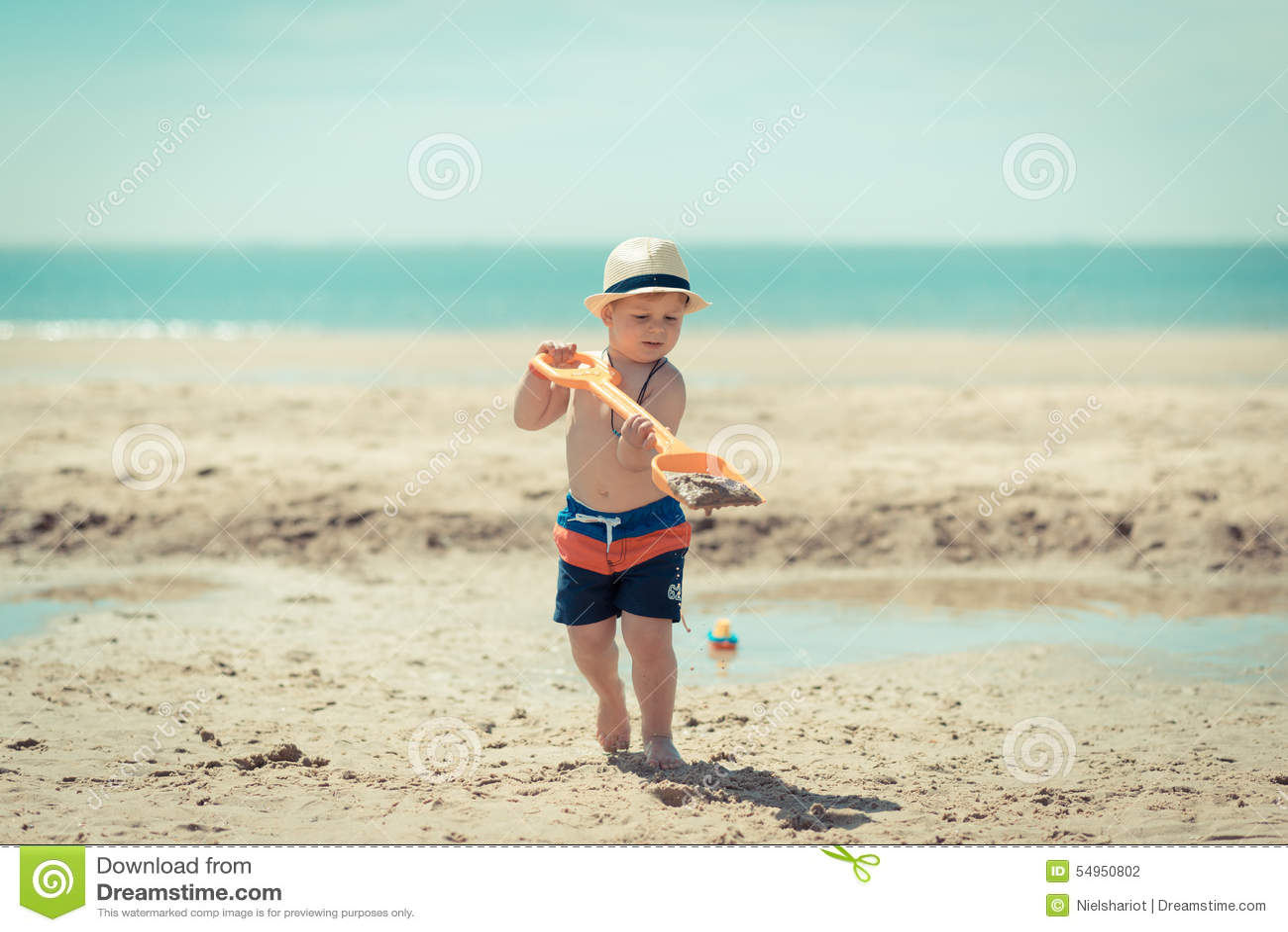 Niño del niño pequeño que camina en la playa