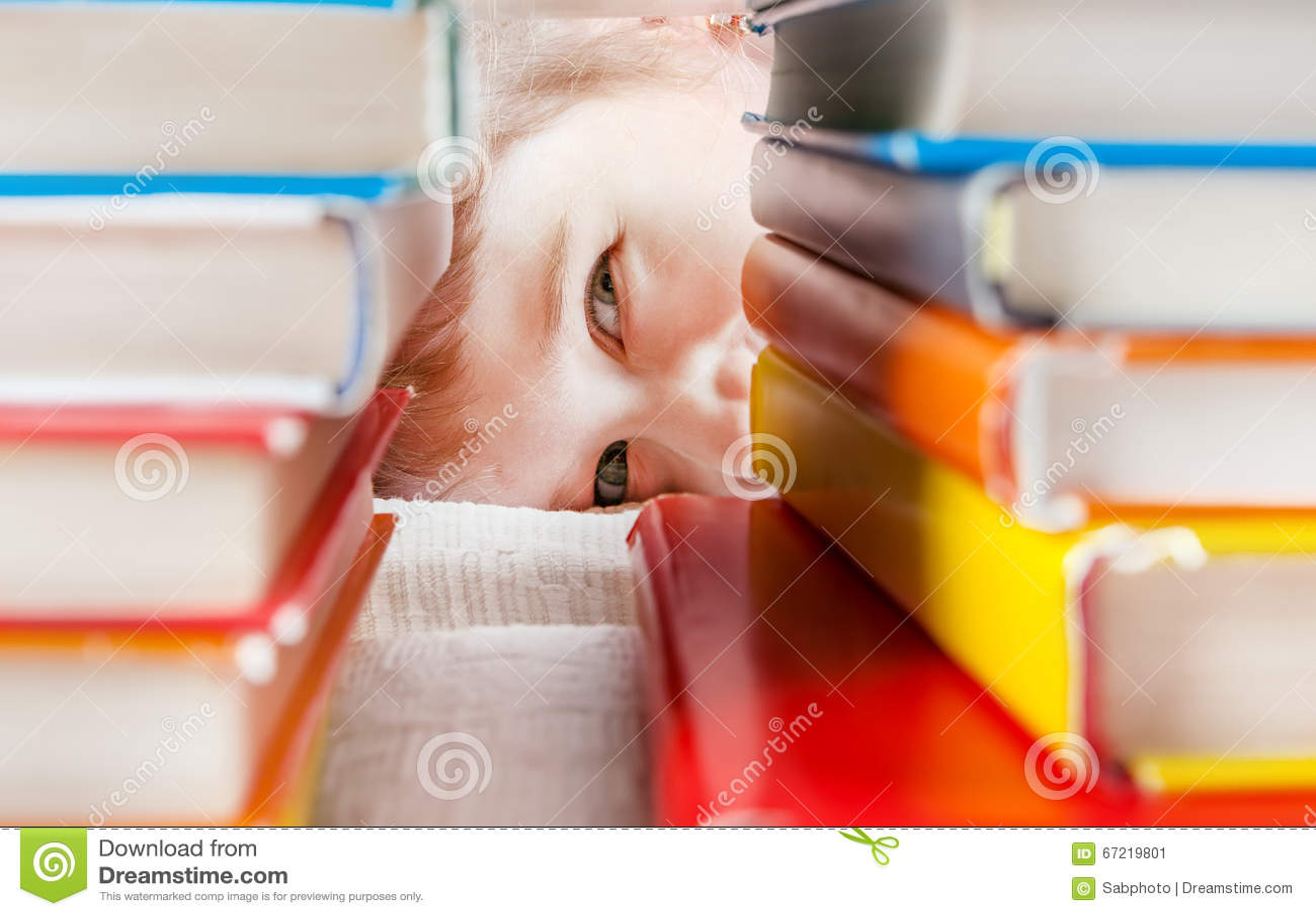 Niño detrás de los libros