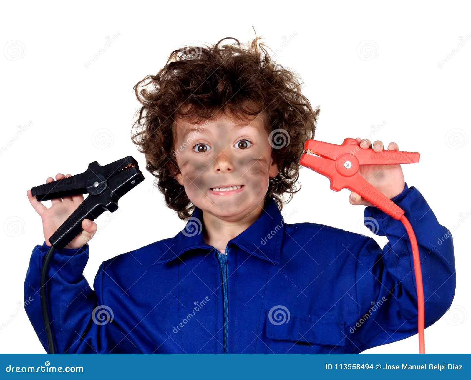 Niño divertido con un problema eléctrico ¡Sea carefull!