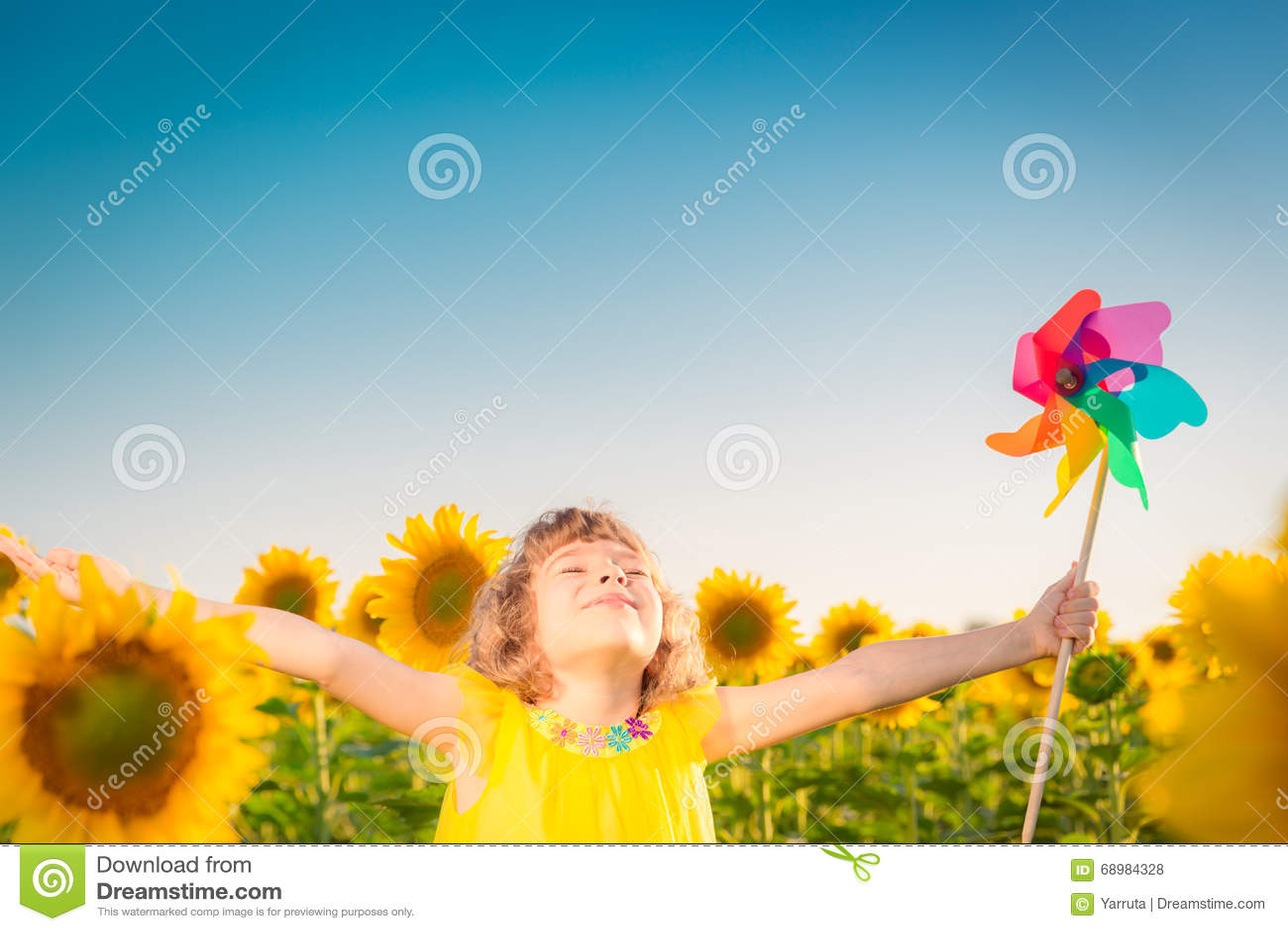 Niño en campo de la primavera