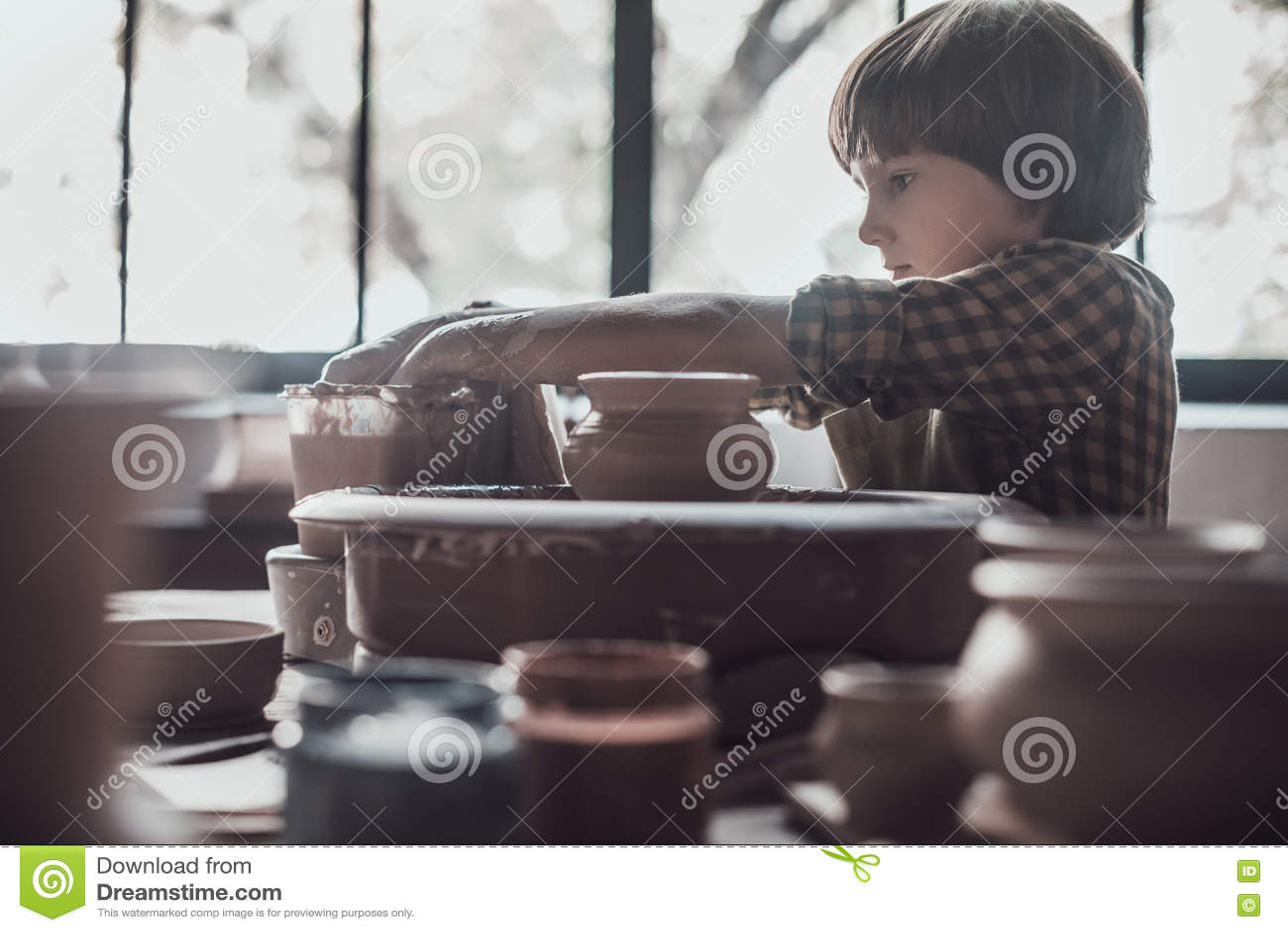 Niño en clase de la cerámica