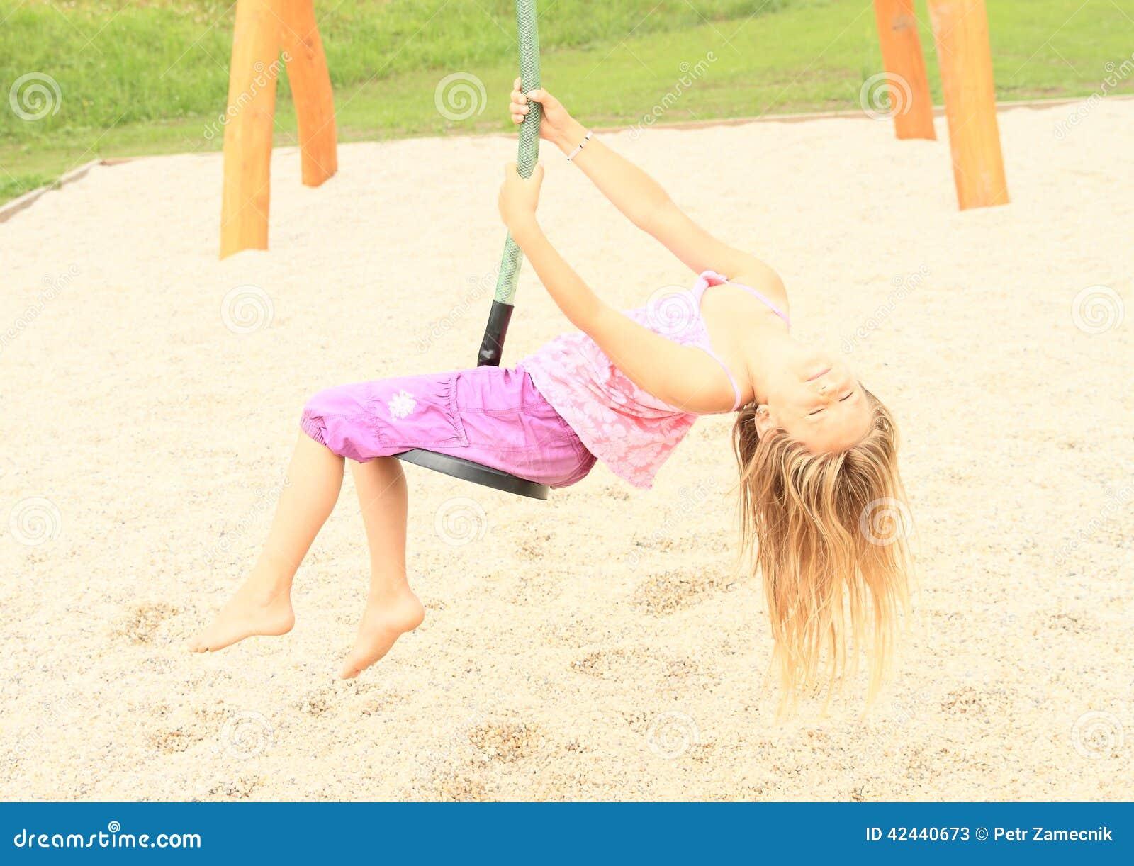 Niño en el cablecarril