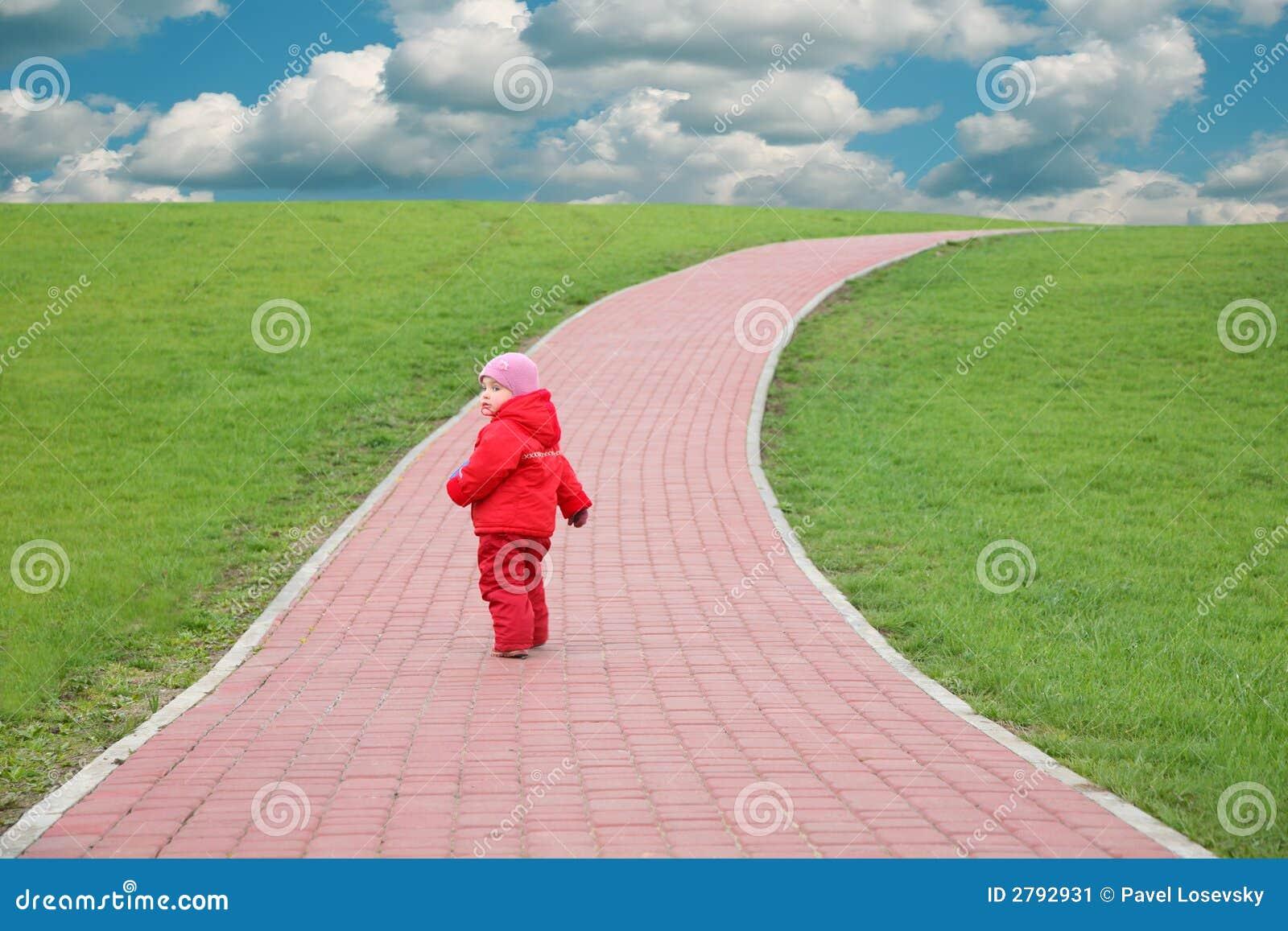 Niño en el camino