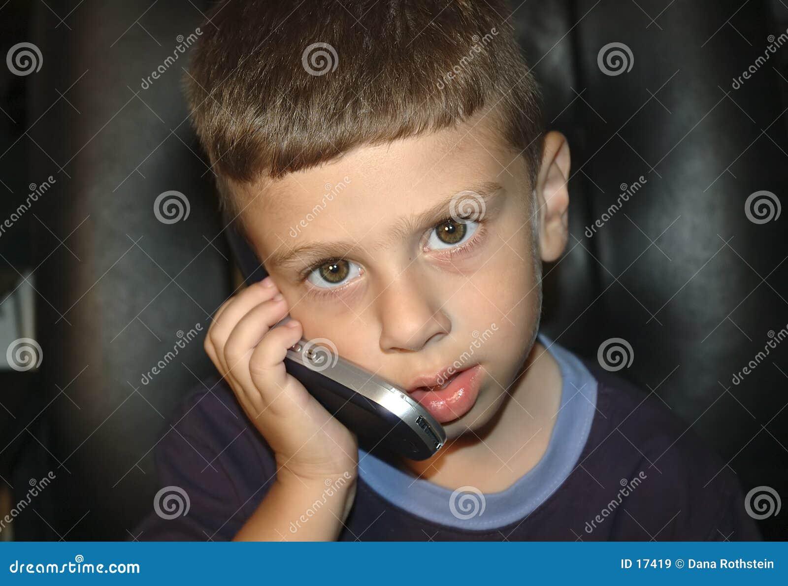 Niño en el teléfono celular