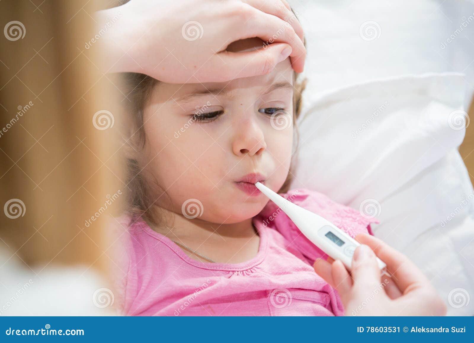 Niño enfermo con fiebre