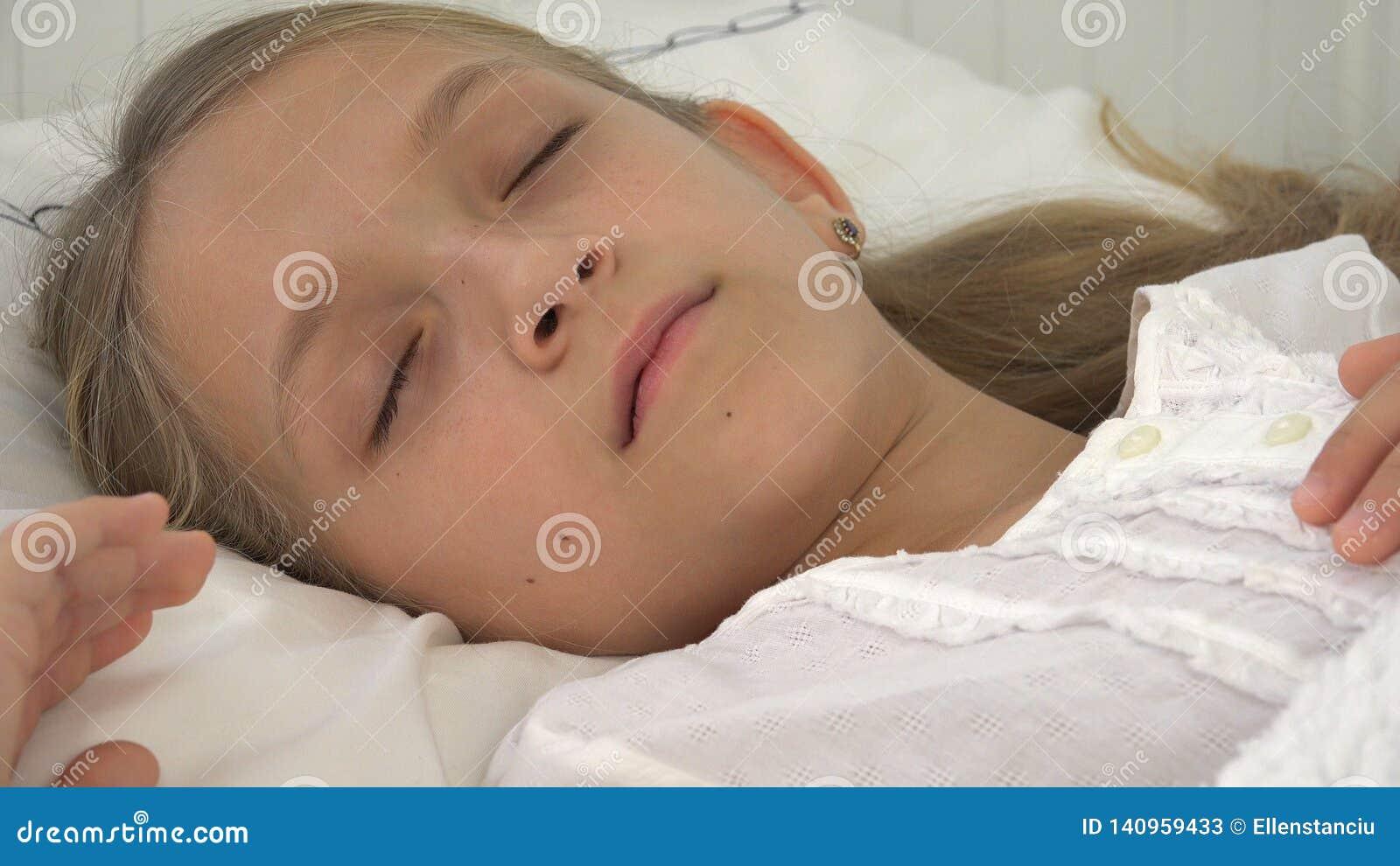Niño enfermo en cama, niño enfermo con el termómetro, muchacha en el hospital, medicina de las píldoras