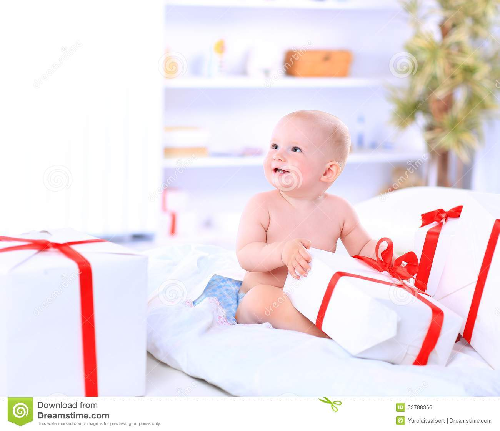 Niño feliz con la caja de regalo