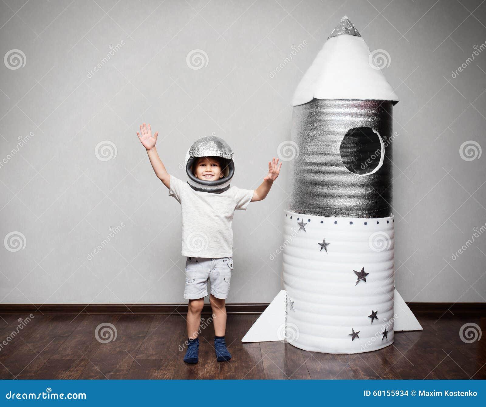 Ni 241 O Feliz Vestido En Un Traje Del Astronauta Foto De