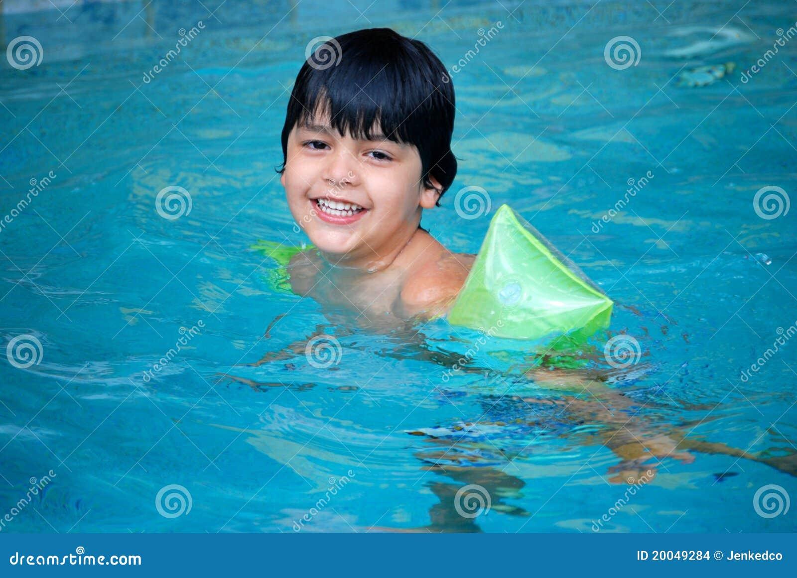 Niño hispánico adorable en piscina