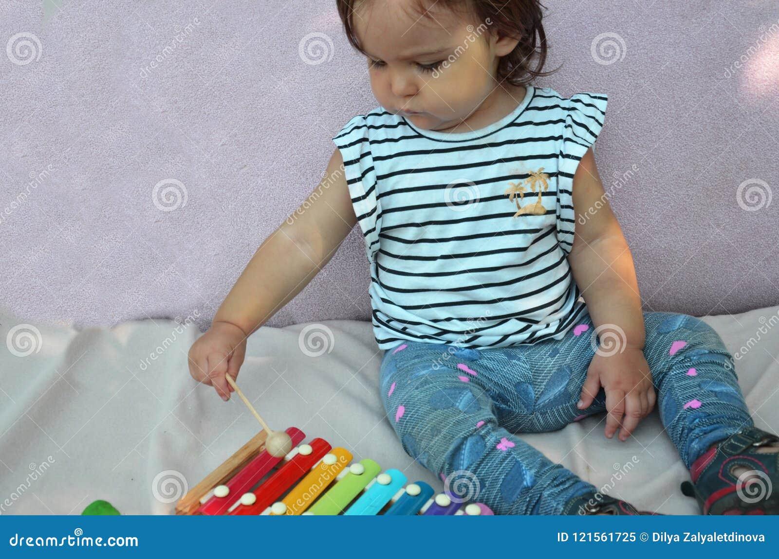 Niño lindo del bebé del niño que juega con el xilófono en casa Concepto de la creatividad y de la educación stert temprano para l