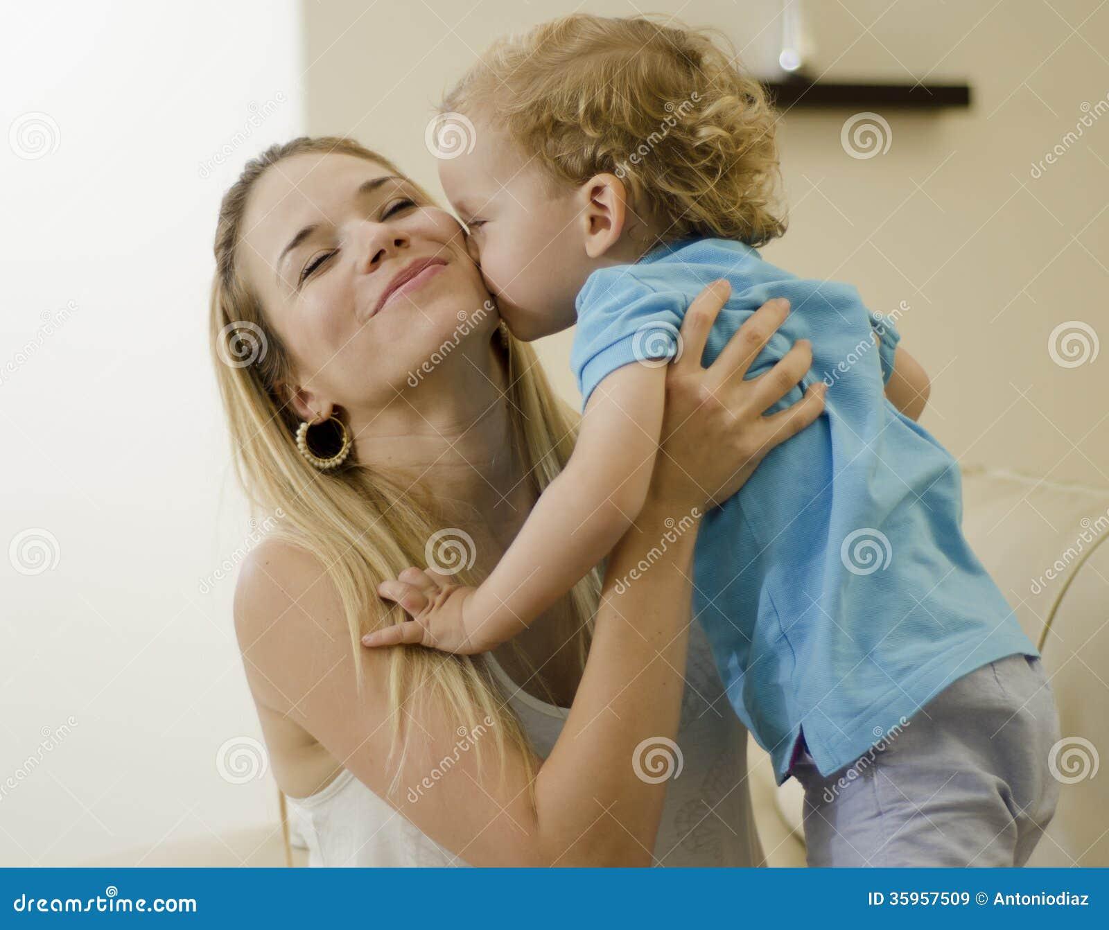 Niño lindo que besa a su mamá