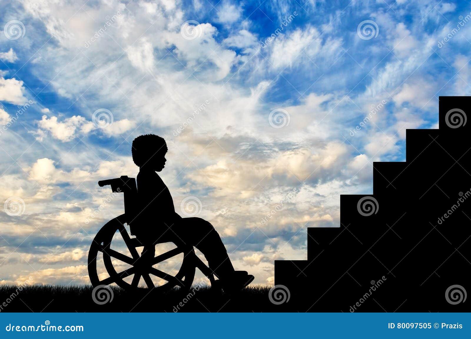 Ni o minusv lido que se sienta en el frente de la silla de for Silla que se hace escalera