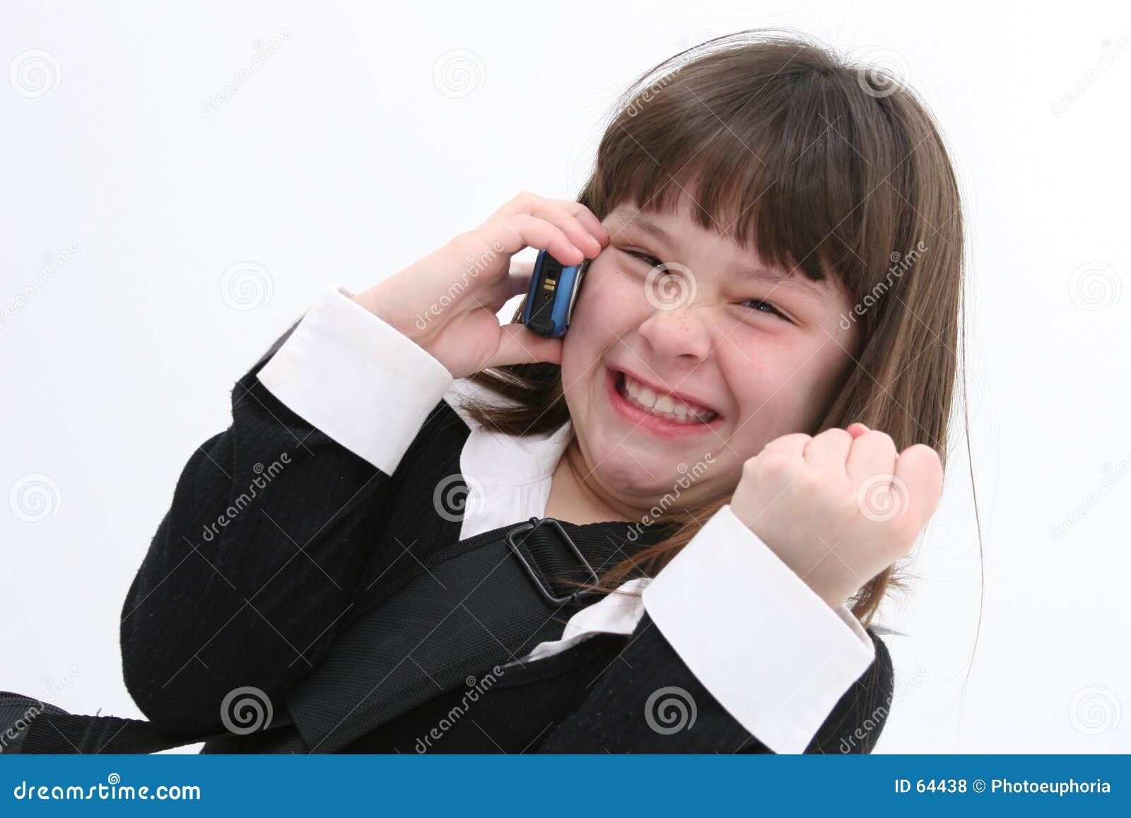 Niño (muchacha) en el teléfono celular 01