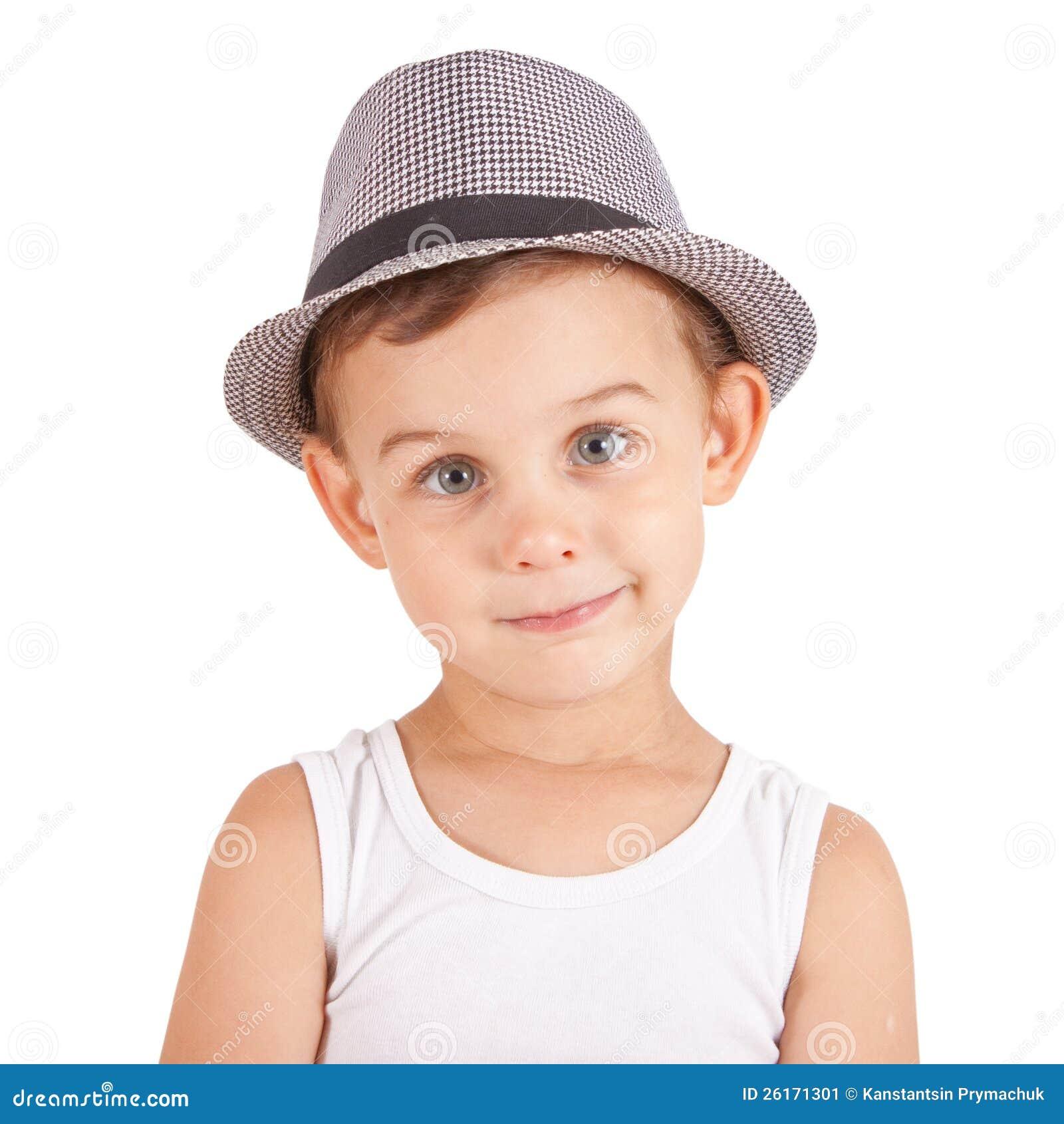 Niño pequeño con estilo fresco en un sombrero. Aislado en el fondo blanco.  Caminos de recortes incluidos. d02432f71b3
