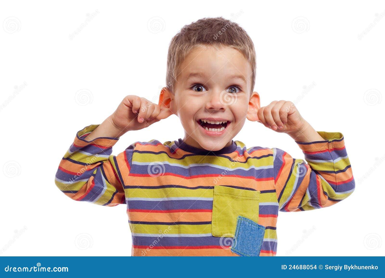 Niño pequeño con la cara divertida